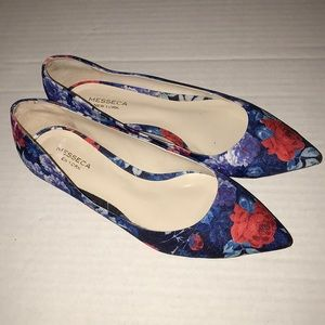 New Messeca New York floral flats